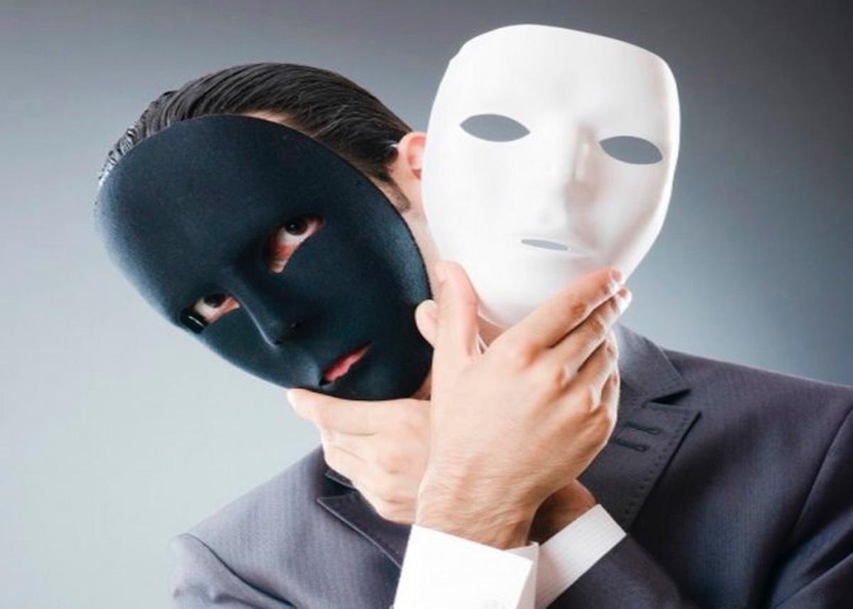 Картинка снимает лицо с маски